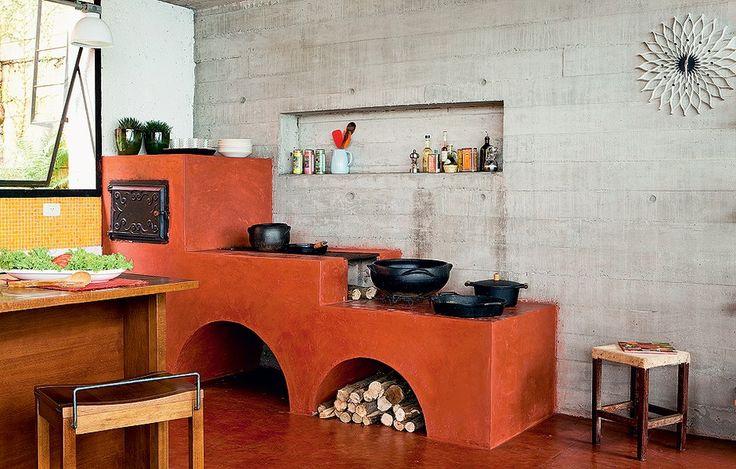 A tradicional dupla de fog�o e forno a lenha reina absoluta nesta cozinha projetada pela Brasil Arquitetura. O acabamento de cimento queimado com p� Xadrez vermelho � heran�a da arquitetura rural trazida por imigrantes no in�cio do s�culo passado