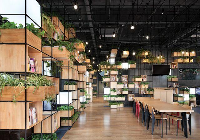 Aujourd'hui, petite incursion à Beijing, au Modular Café. Conçu par le studio de design Penda, ce café a la particularité d'avoir un design original et éco-friendly qui se situe entre bibliothèque et lieu de détente. Et cette particularité tient à l'utilisationde barres d'acier recyclées peintes en noi