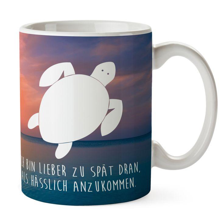 Tasse Schildkröte aus Keramik  Weiß - Das Original von Mr. & Mrs. Panda.  Eine wunderschöne spülmaschinenfeste Keramiktasse (bis zu 2000 Waschgänge!!!) aus dem Hause Mr. & Mrs. Panda, liebevoll verziert mit handentworfenen Sprüchen, Motiven und Zeichnungen. Unsere Tassen sind immer ein besonders liebevolles und einzigartiges Geschenk. Jede Tasse wird von Mrs. Panda entworfen und in liebevoller Arbeit in unserer Manufaktur in Norddeutschland gefertigt.     Über unser Motiv Schildkröte…