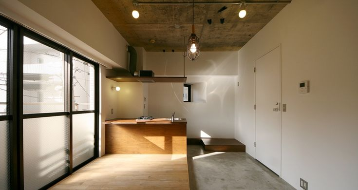 白塗装の壁、抜かれた天井、モルタル仕上げの土間など…。荒々しさの残る、ラフなイメージのリノベ部屋の登場。アイアンのキャビネットやスチール棚といった、インダストリアル系家具がよく映えそうな内装です。  床の半分は無垢材が敷かれ、無骨な印象がやわらげられています。所々に異なる素材があしらわれていますが、統一感のある色合いで落ち着いた印象を受けました。  お部屋の片側にあるのは、小上がりの茶室風の畳スペース。その奥には1帖ほどの洋服収納があり、ここはカーテンで仕切ることができます。 また畳の下部分も収納スペースで、来客用の毛布や季節物の衣類などをここに納めると、スッキリお部屋を使うことができます。  場所は目黒駅まで徒歩圏内と、アクセスの良い不動前駅。気になる方はお早めの内見をお勧めします。  *事務所可(賃料・管理費に別途消費税、敷金+1ヶ月) *保証会社必須(契約時に総賃料の30%~、以後1年毎に1万円~)  (担当:うだがわ)