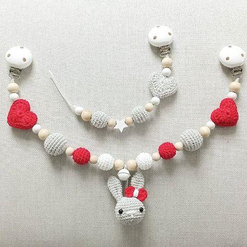 Statt Häkelsternen auch gern mit Herzen :-) Hier in rot, weiß und grau Die passende Schnullerkette wurde neutral gehalten. @panagiota78  #häkeln #hase #schnullerkette #kinderwagenkette #handmade #herz #babygirl #tina_empunkt