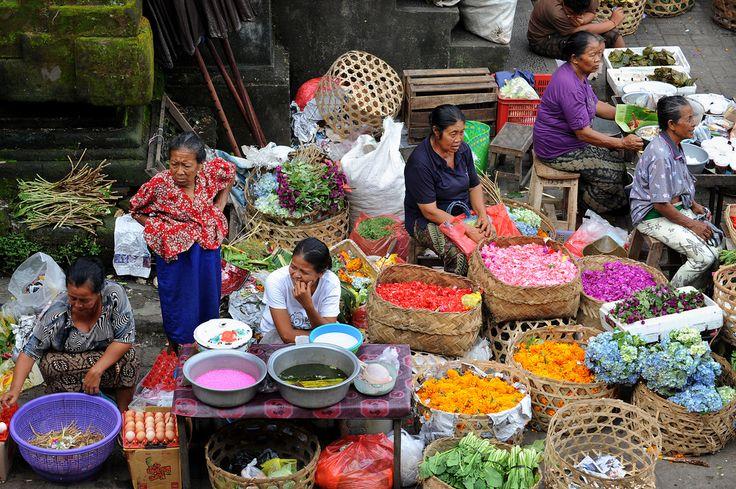 Balin maagisin paikka on Ubud  Balin sisäosien kukkuloilla lymyävä Ubud on balilaisen perinnekulttuurin napa, taiteilijoiden ja käsityöläisten keskittymä, jossa on arkisesta elämäntohinasta ja matkailijoista huolimatta rauhallista ja kiireetöntä.  http://www.exploras.net/uudet-tekstit#/balin-maagisin-paikka-on-ubud/