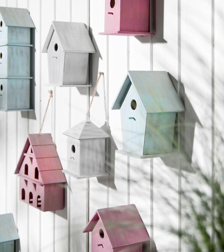 Combineer vogelhuisjes in diverse kleuren en variaties en hang ze aan de muur of schutting #tip #leenbakker #terrasideeen