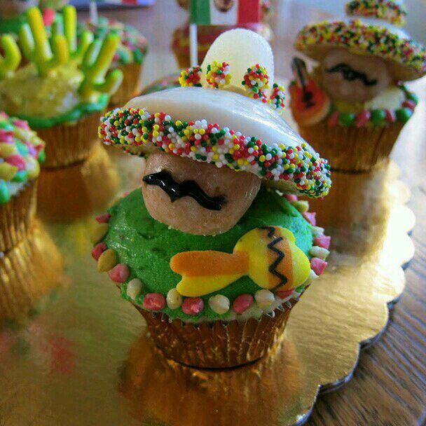Beautiful decorated cupcakes looks sooo yummy