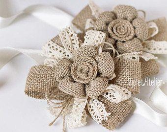 2 arpillera grande flor de Dama de honor muñeca ramilletes de flores, conjunto de arpillera 2 encaje hilo pulseras, boda rústica pulsera de Dama de honor niña flor pulseras