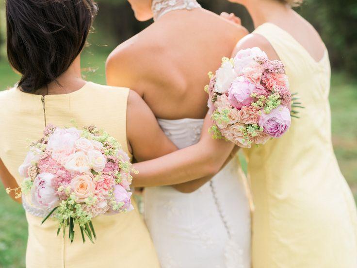 Brudtärnorna har rundbundna tärnbuketter med nejlikor, kvistrosor, pioner, rosa röllika och daggkåpa.