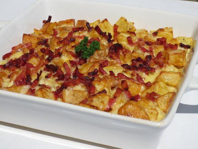 Patatas Foster Ingredientes: -50 gr. cebolleta -15 gr. aceite -170 gr. leche semi- o desnatada -1 cda. sopera vinagre -120 gr. nata montar (O de cocinar o leche ideal) -4 gotitas zumo limón -1/2 cta, ajo en polvo -pizca eneldo seco -pimienta negra -1 cta. sal -orégano seco -100 gr. mahonesa espesa -patatas fritas -120 gr. bacon en tiras -100-120 gr. queso cheddar curado (O queso rallado 4 quesos)