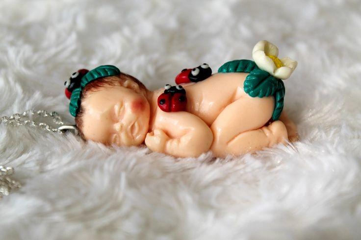 Collier sautoir bébé endormi et petites coccinelles en pâte polymère fimo : Collier par tom-fimo-creations
