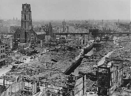 """Vista da cidade de Roterdã após a mesma ser bombardeada pelos alemães durante a """"Campanha Ocidental"""", em maio de 1940. Roterdã, Holanda. Foto de maio de 1940."""
