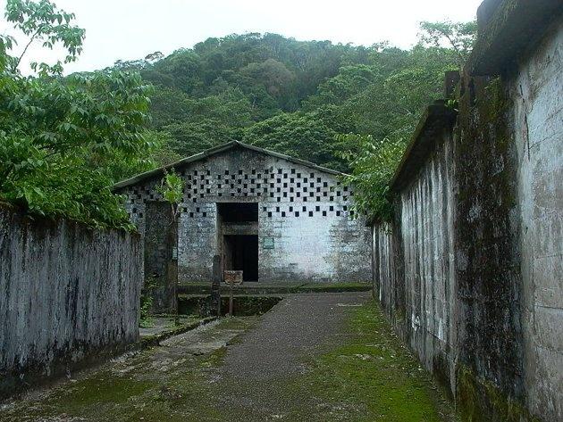 Isla Gorgona, Colombia. Funcionó de  1959 y 1982, en la isla del mismo nombre sobre el oceáno Pacífico, a donde eran llevado los reclusos más peligrosos del país. Fue construida basada en los planes de las campos Nazi.