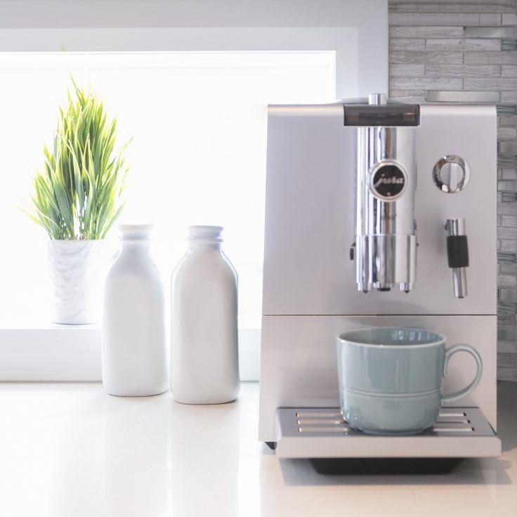 Préférez-vous un café latte ou un cappuccino ?  Would you prefer a latte or a cappuccino?  #Kitchen #Coffeemachine #Morning #Bright #White