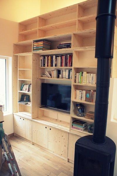 Bibliothèque murale pour masquer une TV par Zeloko - Qui a dit que le livre ne pouvait pas prendre le pas sur la télévision ? Et bien en tout cas, si on l'aide un peu, c'est possible. Voici donc une bibliothèque de 2m50 x 3m qui a l'apparence un petit...
