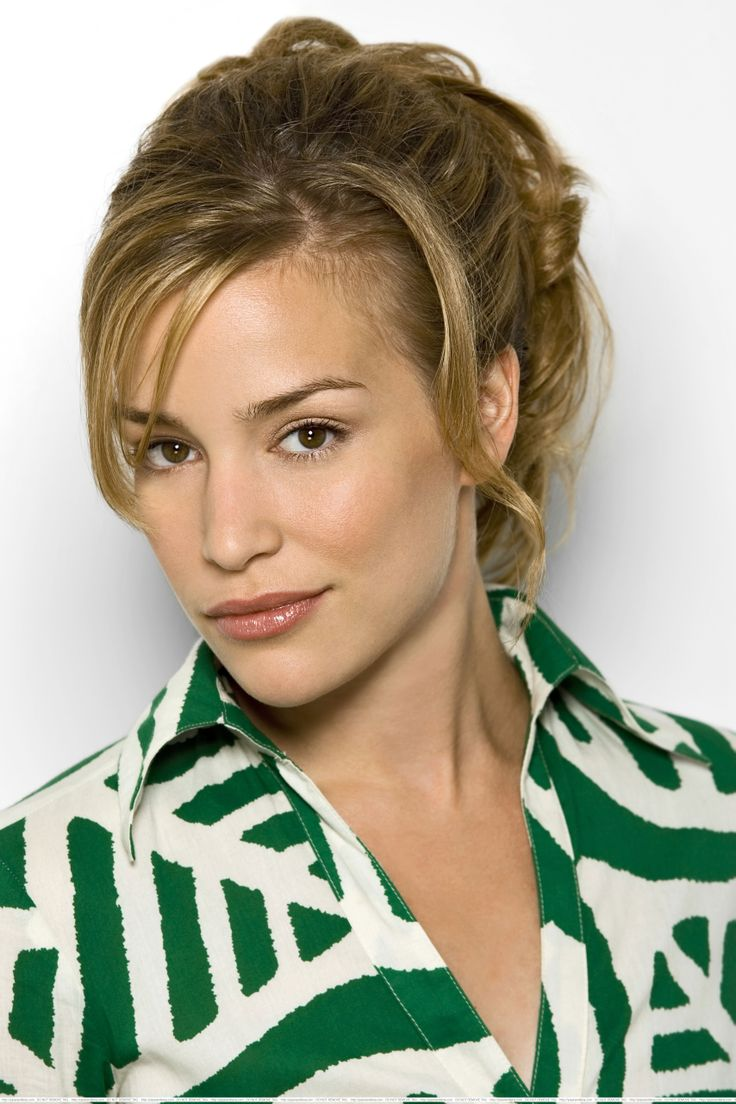 Piper Perabo. Love the hair and the makeup!!