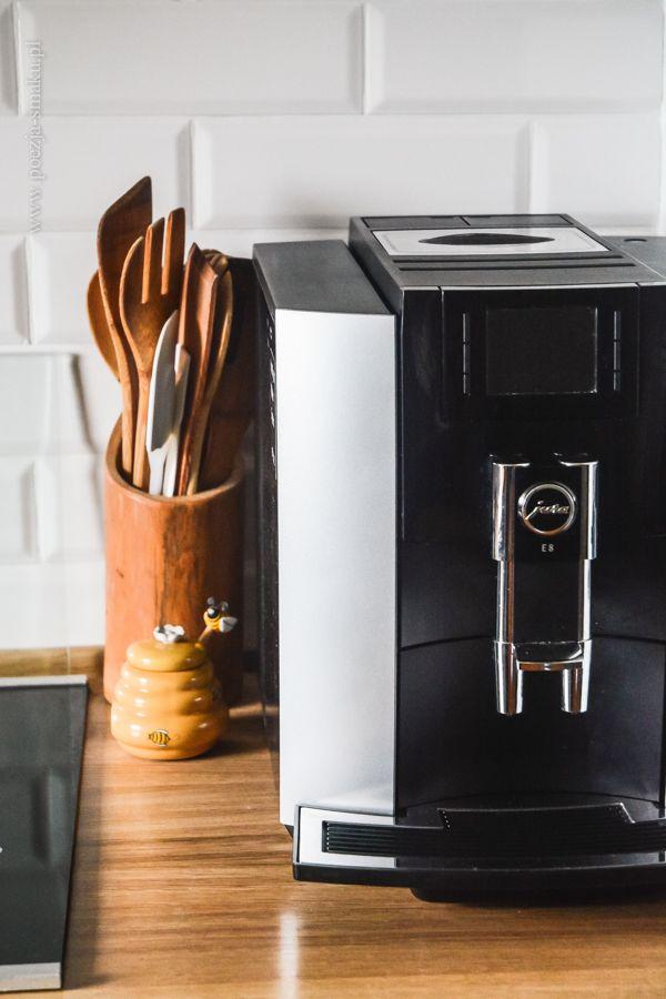 Białe płytki w kuchni typu metro, ekspres do kawy Jura / White metro-style tiles in kitchen and Jura coffee machine.