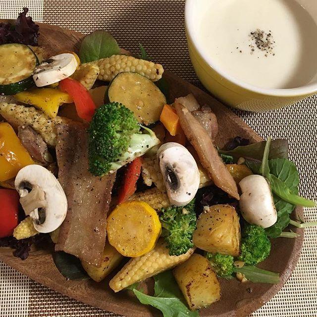 豚バラと色々野菜のグリル🍽  いっぱい お野菜食べたくて作りました🌈  お野菜は、貴志川にある「よってって」っていう和歌山の特産物いっぱいの市場で揃えました。 新鮮なお野菜いっぱいあって 見てるだけでも楽しいの♪  ズッキーニ、ジャガイモ、かぼちゃ、なすびをチョイス。 ハーブとガーリックとブラックペッパーでスパイシーなお味に✨  お料理楽しい❤️ 地産地消で健やか生活🍀 さゆの手作りクッキング✨  #ハイブリッドバンク #osaka #モデル #model #サロモ #foodstagram #クッキング #cooking #おうちごはん #カフェ #スタバ #カフェごはん #カフェ巡り #サラダ #グリル #ズッキーニ #コーン #ブロッコリー #豚バラ #肉 #にんにく #料理好きな人と繋がりたい #カフェ好きな人と繋がりたい #写真好きな人と繋がりたい #写真撮ってる人と繋がりたい #ファインダー越しの私の世界 #大人女子  #料理女子 #料理写真 #insta_wakayama