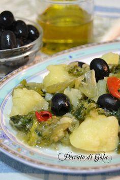 Il contorno di scarole e patate è un piatto della tradizione contadina, semplice e gustoso, è perfetto anche come primo piatto se servito con del pane.