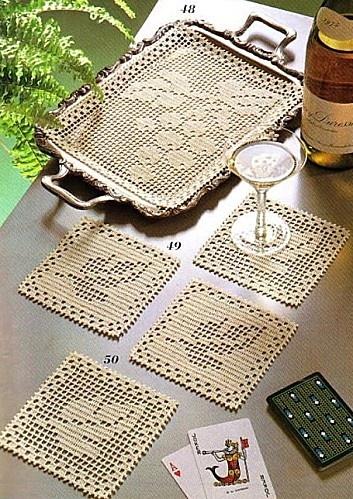 Conjunto de bandeja e porta-copos em crochê filé