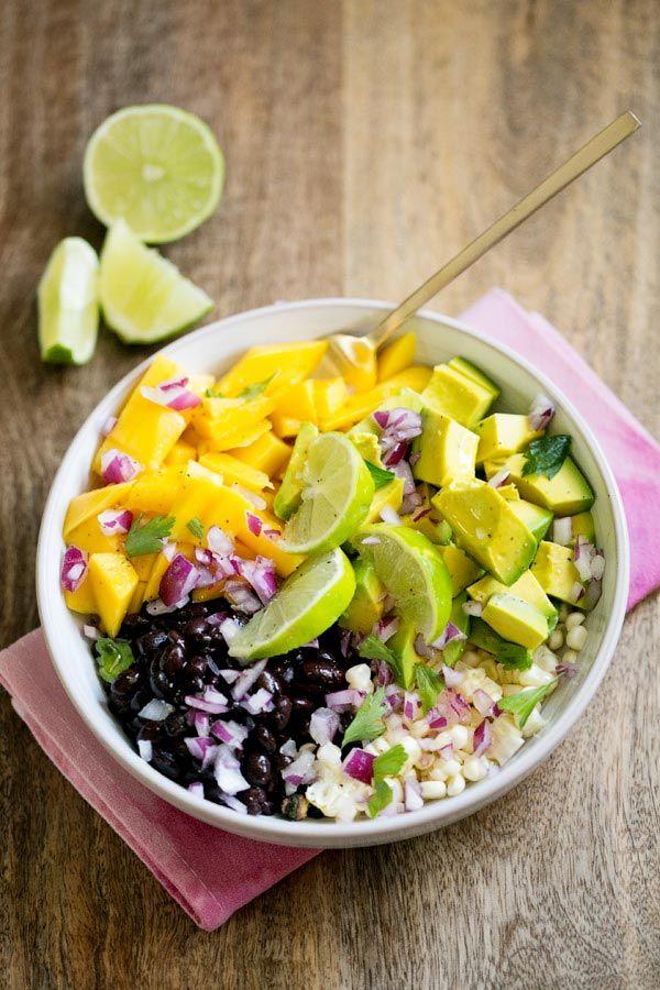 Ensalada: porotos negros, mango, palta, cebolla colorada, choclo, cilanro y jugo de lima.
