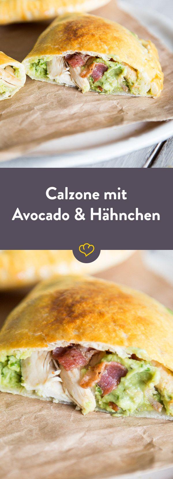 Füllen, falten und backen - im Inneren der goldbraunen Taschen verbergen sich cremige Avocado-Mayonnaise, saftiges Hähnchen und knuspriger Speck.