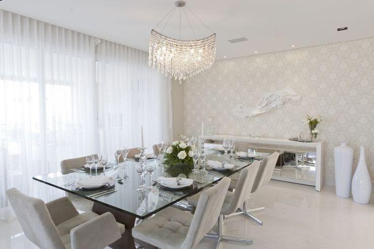 Imponente, o jantar reconstrói espírito clássico dos castelos; a escultura branca de Bia Doria foi colocada sobre papel de parede com arabescos em seda, da Wallpaper. O lustre é da Scatto
