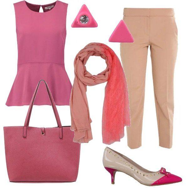 Abbinamento di rosa scuro e crema per questo outfit adatto per tutti i giorni o per una serata informale: i pantaloni, lunghezza 7/8, sono abbinati alla camicetta rosa scuro, senza maniche con scollo tondo. Le scarpe sono bicolore, con tacco a cono, la borsa è ampia con doppi manici. Gli accessori sono degli orecchini con strass e un foulard in misto viscosa.