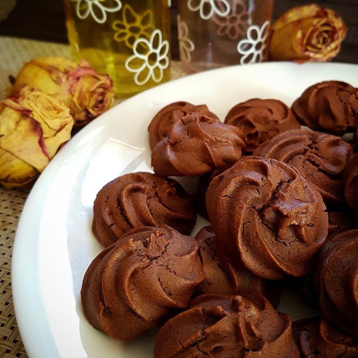 Pasta frolla montata al cioccolato vegana, biscotti che riuniscono vegani o allergici/intolleranti o curiosi, per colazioni,merende o fuori pasto!!