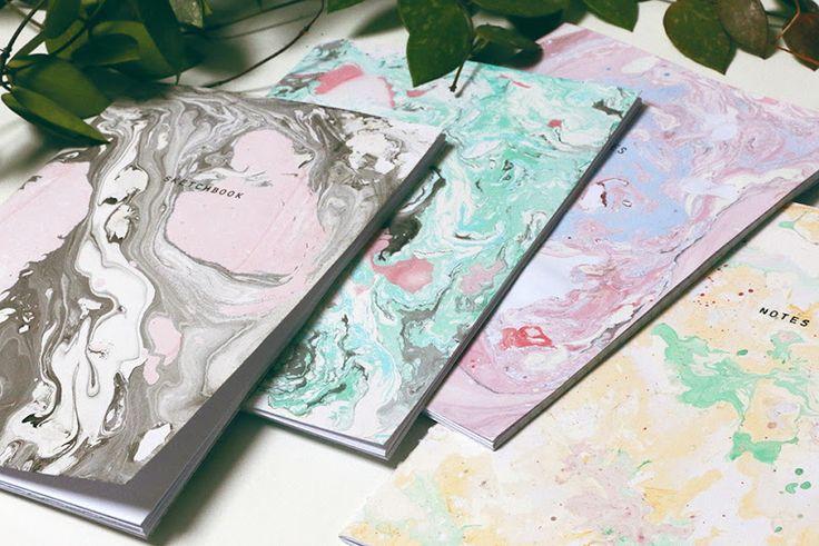Quand j'étais petite j'avais reçu une sorte de kit à peinture marbrée : Une bassine large mais basse en plastique, de l'eau, la peinture, des feuilles et hop ! Rien de plus facil…