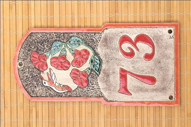 Domovní číslo z keramiky - kolibřík. Zakázková výroba motivů na přání - Keramika pro domov (www.keramika-dum.cz). House number