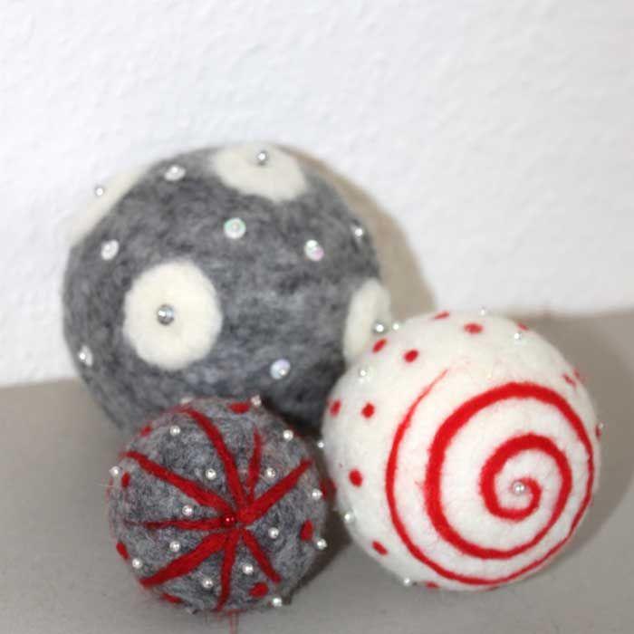 """Flauschige Filzkugeln im Schwedenlook (Idee mit Anleitung – Klick auf """"Besuchen""""!) - Für Filzfreunde, deren Weihnachtskugeln richtig viel Gemütlichkeit ausstrahlen sollen, sind diese flauschig-weichen Weihnachtskugeln!"""