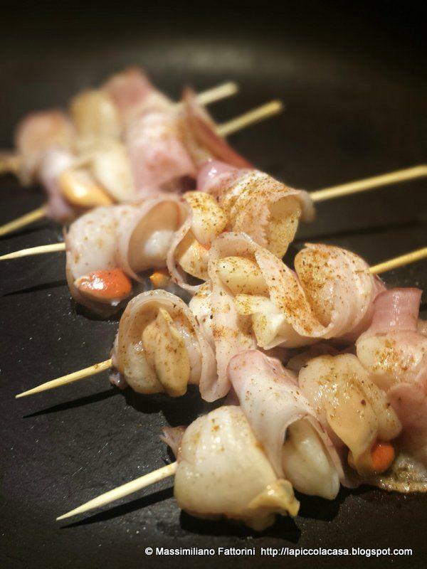 Una semplice ma veloce ricetta per preparare delle gustose e fantastiche tapas a base di spiedini di capesante e pancetta affumicata