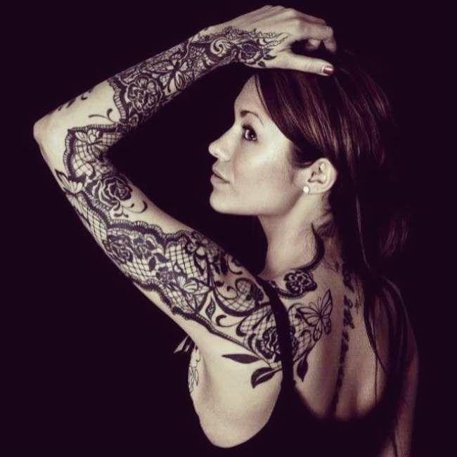idee tatouage dentelle noir et gris femme bras complet