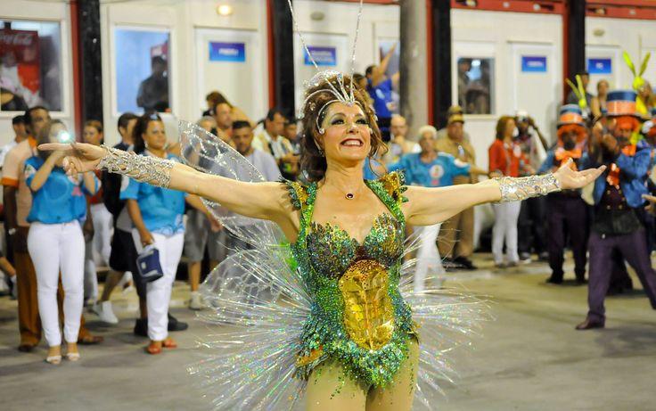 Cristiane Torloni sorri antes do início do desfile da Grande Rio