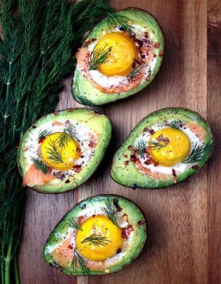 яйцо в авокадо с семгой, запеченный авокадо, полезный завтрак