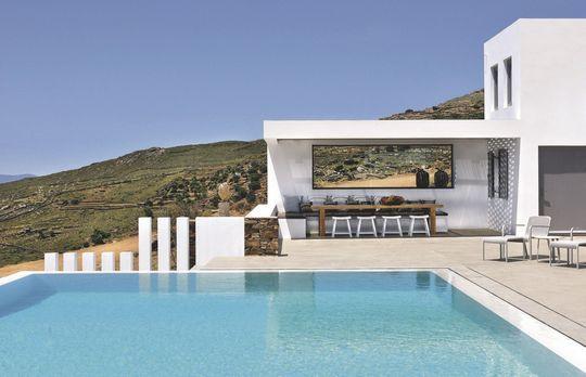 Sobriété élégante pour cette terrasse avec piscine grand luxe - Maison d'architecte avec vue sur la mer - CôtéMaison.fr