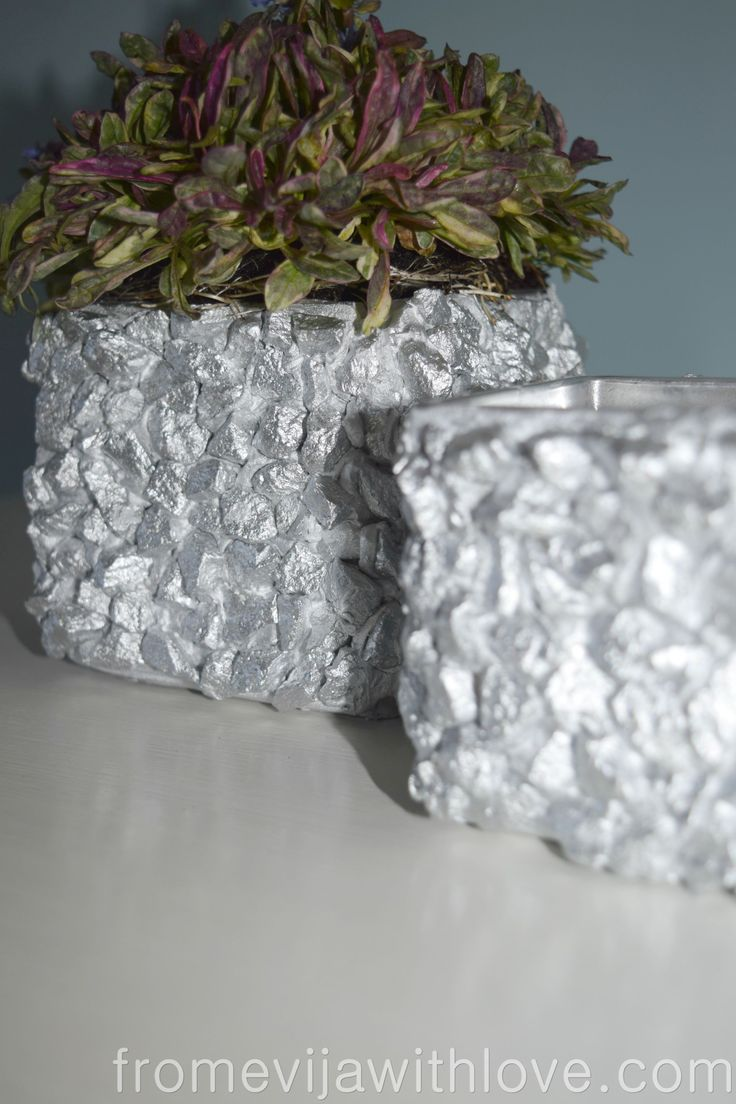 Have you ever thought of using gravel inside the house? Check this fun idea using gravel and silver spray paint