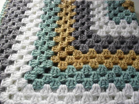 Oma Square Afghaanse. Jongens baby deken. Handgemaakte. Getoond van Robins ei blauw/wit/bruin/grijs combinatie.  OP BESTELLING GEMAAKT. Laat 7-12 dagen te maken en te verzenden.  Handgemaakte dekens zijn een prachtige manier om een nieuwe baby welkom. Deze gehaakte deken is zeer zacht voor de tere huid van baby. Deze dekens hebben moderne kleur themas en net de juiste grootte te groeien met uw nieuwe kleintje. Geef de gave van handgemaakte en iemand die je liefde laten weten hoeveel u zorg…