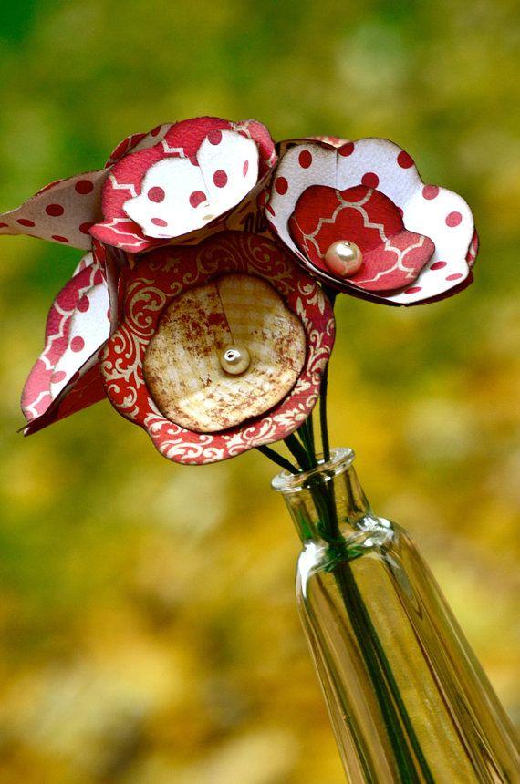Kleine, rote & Sahne, Papier Blume Blumenstrauß. 7 Blumen stehen etwa 10 1/2 Zoll groß. Pro Stiel ist leicht biegbar und reduzieren Sie Ihre Vase passt. Für indoor-Display. Vase abgebildet sind nicht inbegriffen.