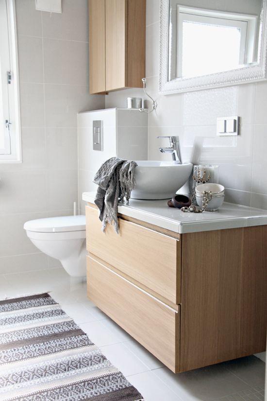 Vaalea puu sopii ihanasti valkoiseen tilaan. #etuovisisustus #kylpyhuone