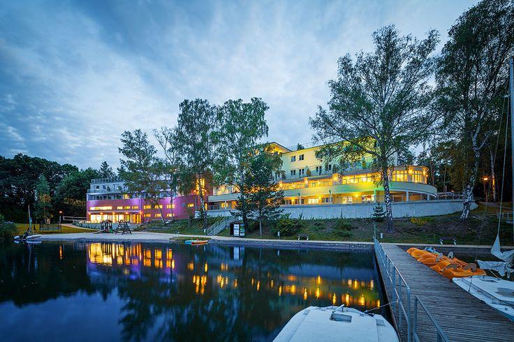Ubytování Máchovo jezero www.hotelport.cz  Hotel Port se nachází přímo na břehu Máchova jezera a má vlastní písečnou pláž. Můžeme nabídnout komfortní ubytování u Máchova jezera včetně široké škály hotelových služeb. Můžete u nás zažít romantický víkend, jedinečnou rodinnou dovolenou (dovolená Máchovo jezero), originální svatbu nebo oslavu či výjimečnou firemní akci.  Máchovo jezero a Máchův kraj je vhodným místem pro relaxaci, turistiku a sportovní vyžití.