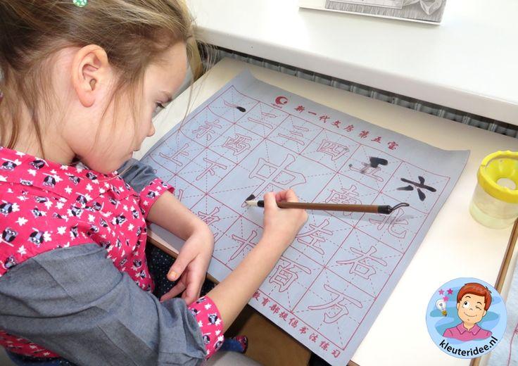Karakters maken met water op een steeds opnieuw bruikbare mat, thema China, kleuteridee