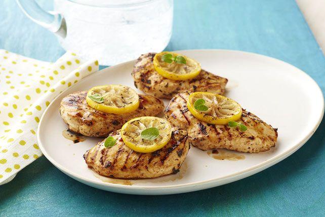 Le secret de ces savoureuses poitrines de poulet grillées réside dans la marinade que l'on prépare en un clin d'œil avec trois ingrédients: vinaigrette Kraft, origan frais et jus de citron.