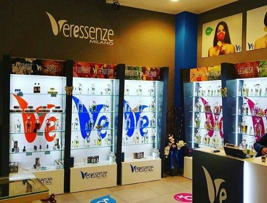 I negozi Veressenze sono realizzati su misura e tengono conto delle esigenze dei propri collaboratori, assicurando armonia e bellezza per un'esperienza d'acquisto unica.