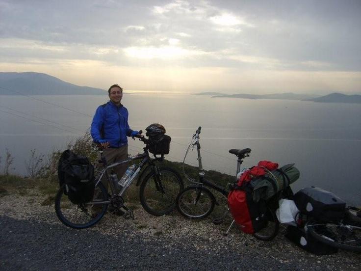 Yolda Levent'in dünyayı gezme maceralarını dinliyoruz. 5 Vitesli yeni Dahonu ile dünyayı gezmek istiyor ama bu viteslerle yapması çok zor... Daha fazla bilgi ve fotoğraf için: http://www.geziyorum.net/marmara-adasi-bisiklet-turu/