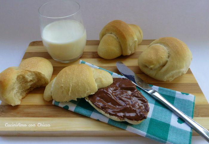 I panini all'olio con lievito madre sono delle deliziose sofficissime pagnottine, ideali per golose merende e per buffet perché rimangono molto morbidi prep