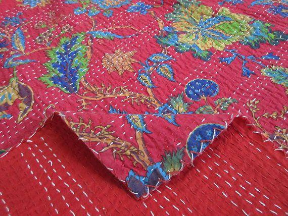 Il s'agit d'un légume naturel teinté quilt.made kantha fait à la main et 100 % coton patchwork de sari impression bloc à la main. Il peut être utilisé comme couverture de lit, couvre-lit, couette, murale décor, pique-nique et plage jet etc.  Kantha est encore la forme la plus populaire de la broderie pratiquée par rural women.typically saris et chiffon et couche avec kantha point pour faire une couverture légère, de jeter ou de couvre-lit. Ces coton léger «Quilts» avec un dessin Floral…