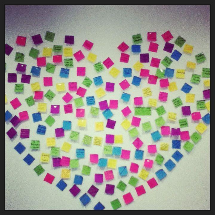 Dedicatorias de despedida en papelitos con pegamento en forma de corazón para una buena amiga de trabajo