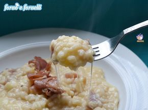 Il risotto filante allo speck è una di quelle ricette che nascono per caso, perchè in frigo non c'è niente ma a pranzo bisogna portare qualcosa in tavola.