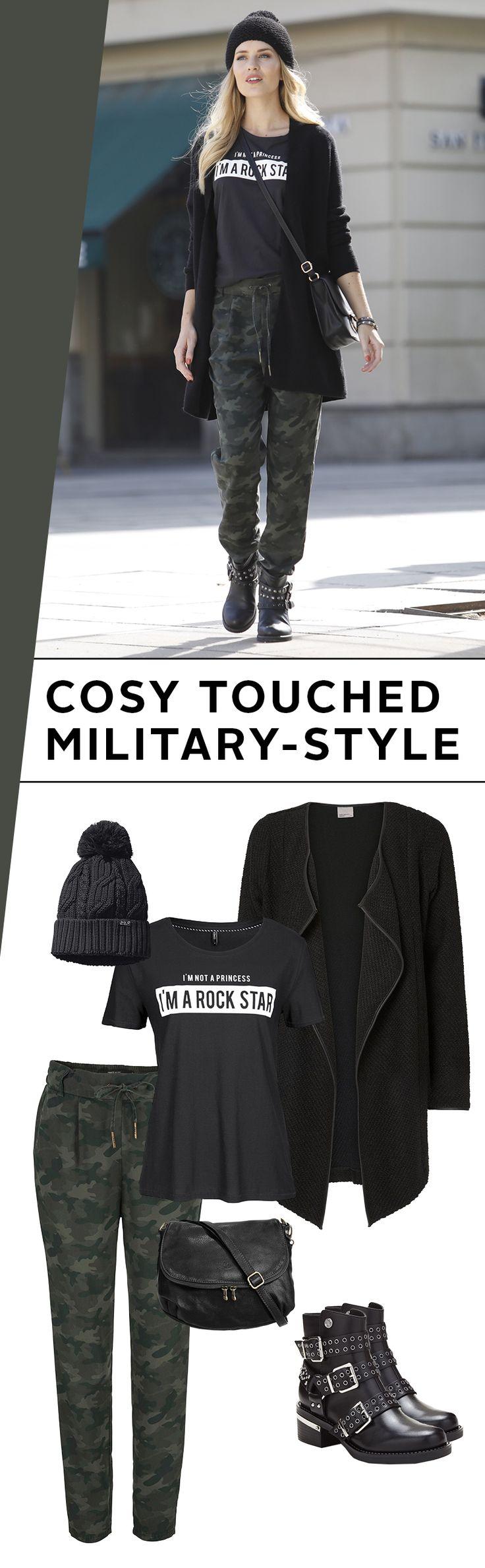 Stillgestanden? Nee, mach`s dir lieber ganz bequem! Die Chino im Camouflage-Look trifft auf Nietenboots, Shirt und Longstrickjacke. Die Pudelmütze passt perfekt zum Herbst. Alles in allem ultra bequem und trotzdem mittendrin im angesagten Military-Trend.