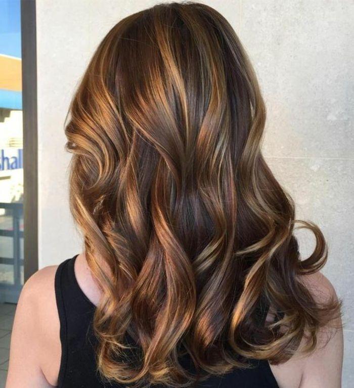 Idée Coiffure  Description balayage miel, mèches coloration caramel,  cheveux chataîn foncé, jolie coiffure