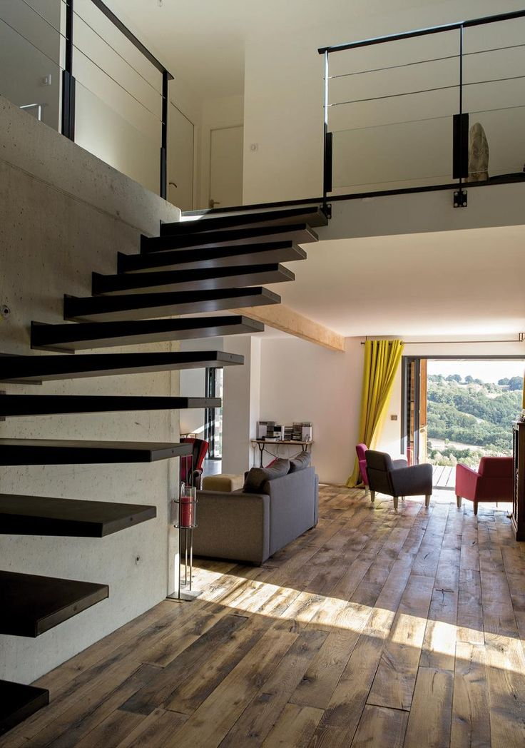 Escalier dans hall d 39 entr e maison avec mezzanine - Hall d entree maison photos ...